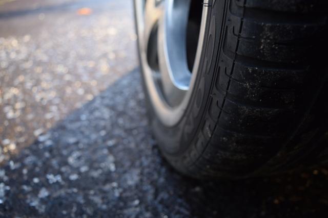 車のタイヤ空気圧を適正に保つ方法と注意点